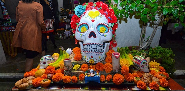 An altar placed in the courtyard of the Pasadena Playhouse during the Dia de los Muertos Celebration on October, 24 2014. (Tiffany Yip/Courier)